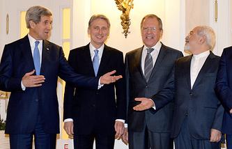 Госсекретарь США Джон Керри и министры иностранных дел Великобритании, России и Ирана Филип Хаммонд, Сергей Лавров и Джавад Зариф (слева направо) на переговорах в Вене 24 ноября 2014 года