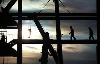 """Рабочие на мобильной башне обслуживания стартового комплекса космодрома """"Восточный"""""""