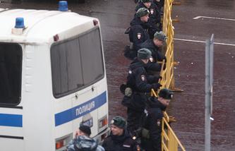 Сотрудники полиции перед футбольным матчем