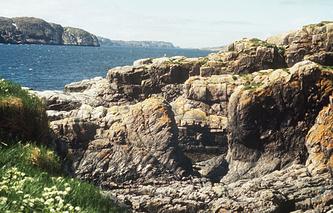 Скалистые берега Баренцева моря на Кольском полуострове