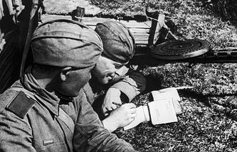 Красноармейцы в окопе пишут письма домой. 1943 год