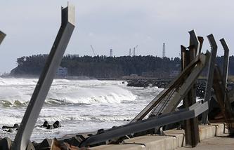 Разрушенные штормовые барьеры в префектуре Фукусима на севере Японии 10 марта 2015 года
