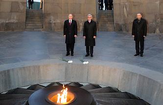 Президент РФ Владимир Путин и президент Армении Серж Саргсян на территории Мемориала жертвам геноцида армян 1915 года в Османской империи