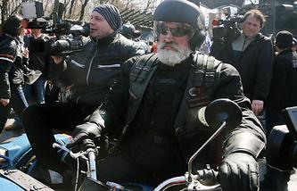 """Мотоциклист в Международном байк-центре перед стартом пробега мотоклуба """"Ночные волки"""" в честь 70-летия Победы"""