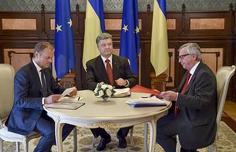 Президент Европейского совета Дональд Туск, президент Украины Петр Порошенко и президент Европейской комиссии Жан-Клод Юнкер на саммите в Киеве