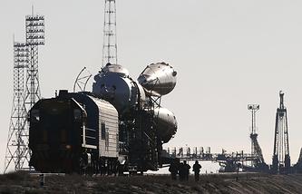 """Ракета-носитель """"Союз""""  перед установкой на стартовый комплекс космодрома """"Байконур"""""""