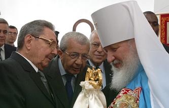 Председатель Госсовета республики Куба Рауль Кастро и митрополит Смоленский и Калининградский Кирилл в Гаване, 2008 год