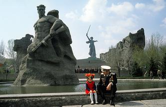 Ветеран Великой Отечественной войны с внучкой на Мамаевом кургане. 1981 год