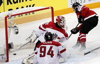 Эпизод из матча между сборными Канады и Австрии