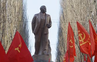 Памятник Ленину в Киеве. 8 декабря 2013 года памятник был сброшен с пьедестала и разрушен