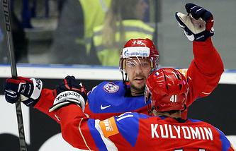 Хоккеисты сборной России Сергей Мозякин и Николай Кулемин