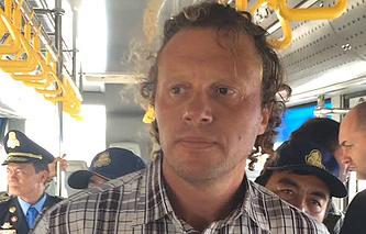 Сергей Полонский в аэропорту Пномпень перед отправкой в Россию