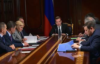 Премьер-министр РФ Дмитрий Медведев (в центре) на совещании с вице-премьерами РФ