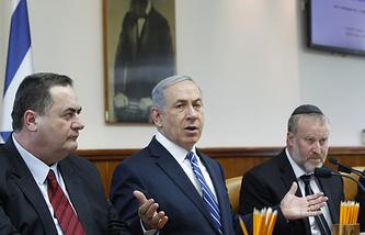 Премьер-министр Израиля Биньямин Нетаньяху (в центре)