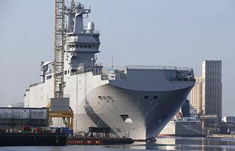 """Вертолетоносец """"Владивосток"""" в порту Сен-Назер, Франция, 2014 год"""