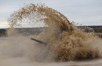 Экипаж танка Т-72 во время обкатки трассы на полигоне Алабино