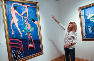 Актриса Ингеборга Дапкунайте проводит экскурсию в ГМИИ имени А.С. Пушкина в день рождения музея. В этот день о своих любимых произведениях искусства посетителям рассказали известные актеры, музыканты, искусствоведы. 31 мая 2015.