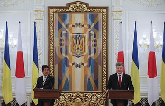 Премьер-министр Японии Синдзо Абэ и президент Украины Петр Порошенко