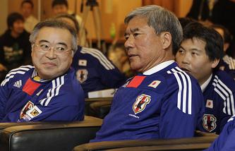 Глава Футбольной ассоциации Японии Куния Дайни (справа)