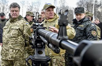 Президент Украины Петр Порошенко и секретарь СНБО Украины Александр Турчинов (справа) во время осмотра военной техники