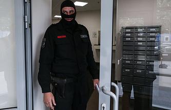 Сотрудник ОМОНа в головном офисе Мособлбанка