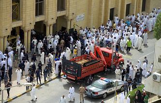 Около шиитской мечети в районе Эс-Савабер в Эль-Кувейте, где произошел теракт