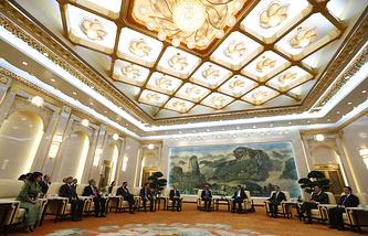 Во время встречи председателем КНР Си Цзиньпина с соучредителями АБИИ