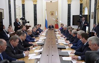 Президент России Владимир Путин на совещании с постоянными членами Совета безопасности РФ