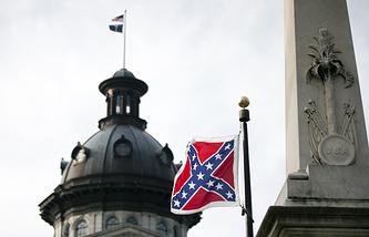 Флаг конфедератов у здания капитолия в Южной Каролине