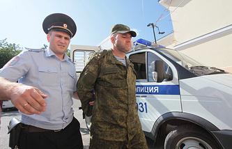 Фигурант по делу об обрушении здания казармы в Омской области, начальник 242-го учебного центра ВДВ полковник Олег Пономарев (справа)