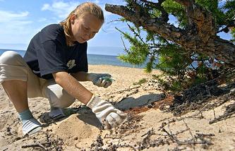 Уборка мусора на берегу озера Байкал