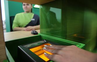 Снятие отпечатка пальцев в визовом центре, полностью оборудованного аппаратурой для сбора биометрических данных