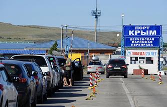 """Пассажиры на паромной переправе """"Крым"""" в Керчи"""