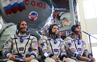 Астронавт НАСА Челл Линдгрен, космонавт Роскосмоса Олег Кононенко и астронавт ДжАКСА Кимия Юи