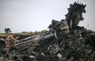 На месте падения пассажирского самолета Boeing 777 в Донецкой области