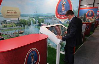 Стенд города Саранска во время подготовки к церемонии предварительной жеребьевки чемпионата мира по футболу 2018 в Константиновском дворце