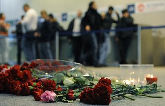 Цветы у международного терминала в аэропорту Домодедово