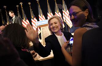 Экс-госсекретарь США Хиллари Клинтон (в центре)
