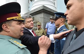 Министр обороны Украины Степан Полторак и президент Украины Петр Порошенко