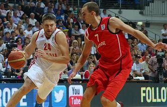 Эпизод из матча между сборными России и Швейцарии по баскетболу