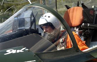 Летчик в кабине самолета ЯК-130
