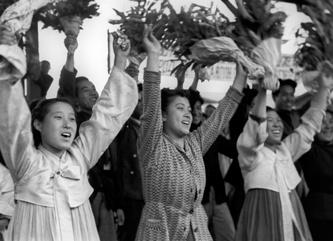 Жители Пхеньяна провожают советских воинов, отъезжающих в СССР