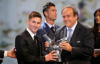 Лионель Месси и президент УЕФА Мишель Платини
