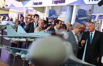 Вице-президент Ирана Сорену Саттари (второй справа на первом плане) и вице-премьер РФ Дмитрий Рогозин (справа на первом плане) на Международном авиационно-космическом салоне МАКС