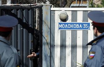 Сотрудники полиции у дома, в котором проживает балерина Анастасия Волочкова, 29 апреля 2013 года