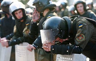 Киев. 31 августа 2015. Сотрудники правоохранительных органов у здания Верховной рады Украины, где прошли протестные акции