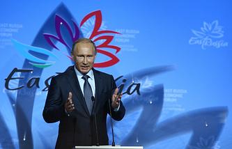 Президент России Владимир Путин выступает на пленарном заседании в рамках торжественного открытия Восточного экономического форума