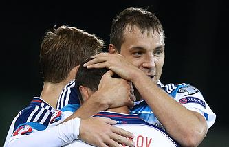 Футболисты сборной России поздравляют Артема Дзюбу с голом в ворота команды Лихтенштейна