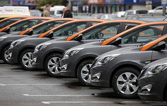 Автомобили на парковке Московского каршеринга на Новом Арбате