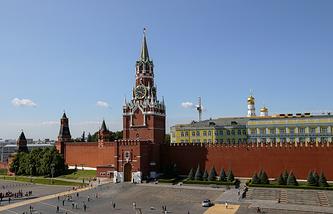 Вид на Красную площадь и Спасскую башню Московского Кремля